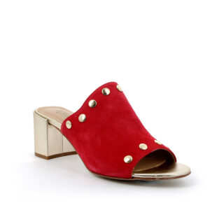 Sandalo con tacco in scamosciato rosso bordato da borchie lucenti IGI&CO